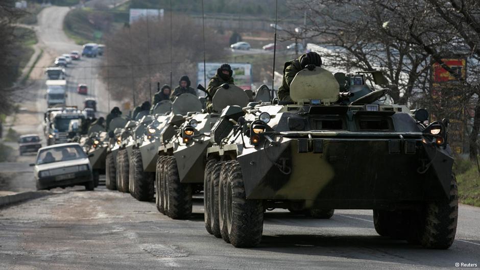 Tanques russos circulando livremente na Crimeia (Foto Reuters)