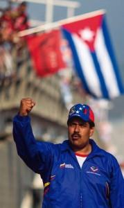 Maduro, presidente da Venezuela, com uma bandeira de Cuba ao fundo