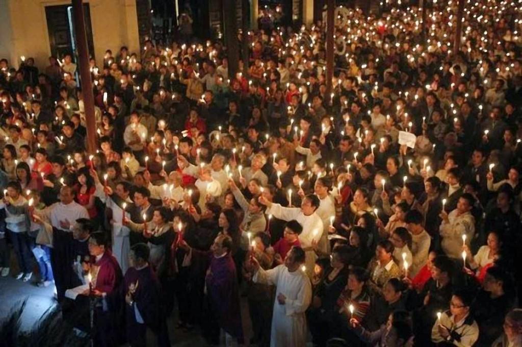 Católicos numa cerimônia religiosa em Hanoi