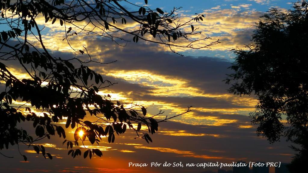 """A Praça Pôr do Sol — cujo nome oficial (e desconhecido) é Praça Cel. Custódio Fernandes — foi """"batizada"""" pela população com nome """"Pôr do Sol"""" devido à magnífica vista do astro-rei, que ali se manifesta nos fins das tardes no bairro Alto de Pinheiros (SP)."""