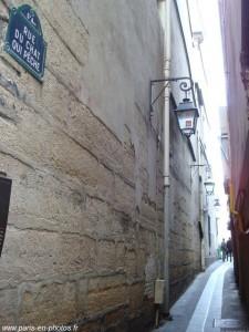 """""""Rue du chat qui pêche"""" (Rua do gato que pesca). Em Paris, com esse pitoresco nome, essa estreita ruela fica à margem esquerda do rio Sena (Rive Gauche). Conta-se que no século XIII por ali vivia um gato tão esperto que habilmente conseguia pegar peixe naquele belo rio da capital francesa..."""