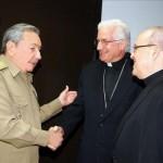 O ditador comunista de Cuba, Raúl Castro, cumprimenta D. Dionísio García, arcebispo de Santiago de Cuba, e o cardeal Jaime Ortega, arcebispo de Havana.