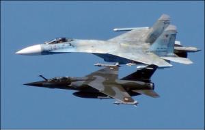 Mirage francês na Lituânia escolta Su-27 russo sobre o Báltico.