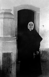 Irmã Lucia na  Capelinha das Aparições em 22 de maio de 1946
