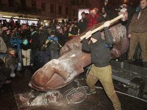 Ucranianos, depois de terem derrubado monumento de Lênin, destroem a estátua no centro de Kiev