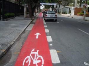 Em São Paulo, muitas ciclovias, ou ciclofaixas, estão às moscas, dificultando ainda mais o trânsito de automóveis.