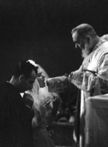 """""""Aqueles membros do clero que querem admitir os divorciados e os recasados na Santa Comunhão agem segundo um falso conceito de misericórdia"""""""