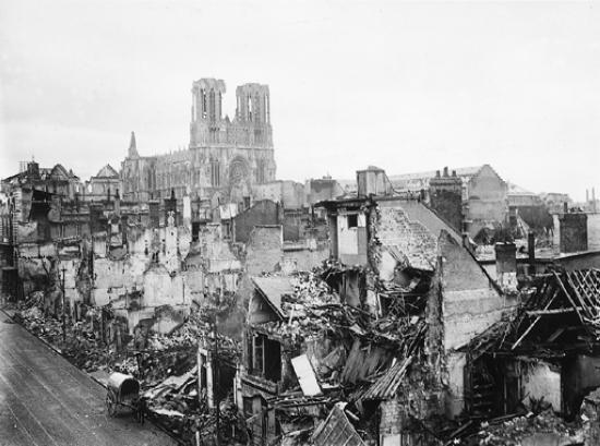 Bombardeio de Reims durante a Primeira Guerra Mundial.