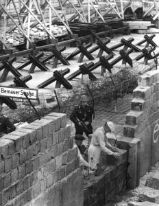 """Inicio da construção do """"Muro da Vergonha"""" em Berlin"""