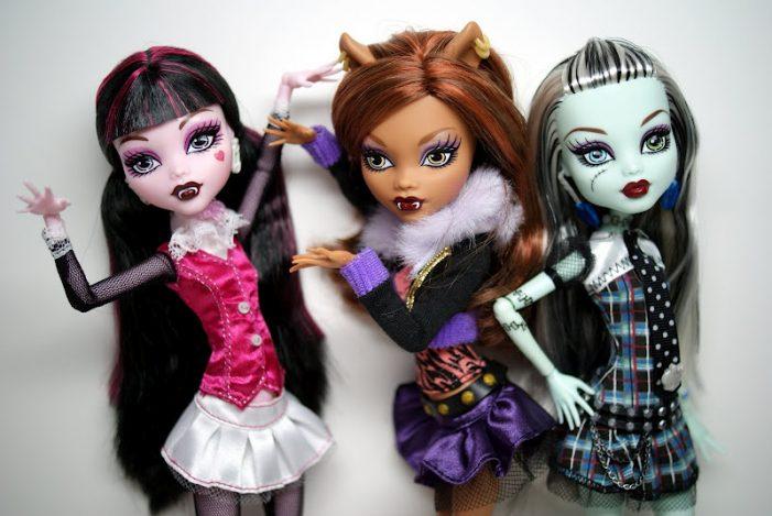 Meninas e bonecas falando palavrões