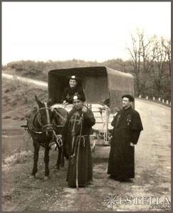 Com trajes típicos, peregrinos no caminho de Santiago de Compostela (Espanha)