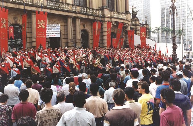 Manifestação da TFP brasileira na Praça Ramos de Azevedo (capital paulista), durante desfile de encerramento da campanha em prol da libertação da Lituânia do jugo soviético