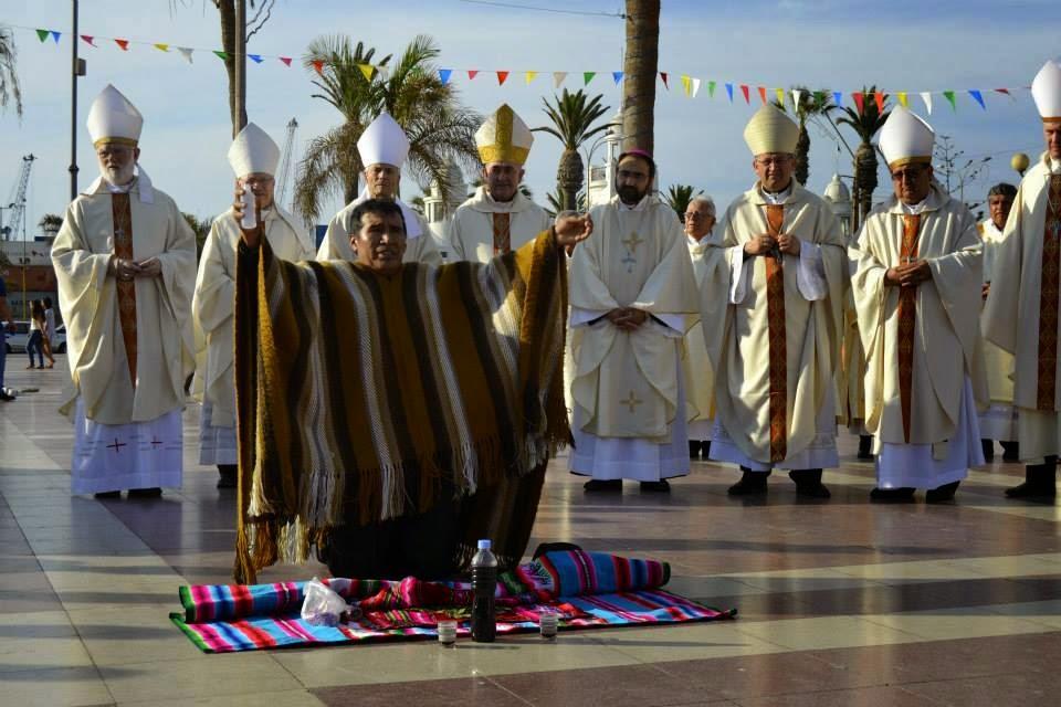Um bruxo andino realiza uma oferenda às deidades Pachamama, Tata Inti e aos Malkus. Atrás dele, um grande número de bispos