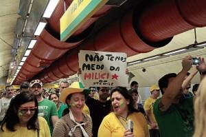 Em estação do metrô, manifestantes chegando para os protestos na Av. Paulista [Foto Oswaldo Corneti]