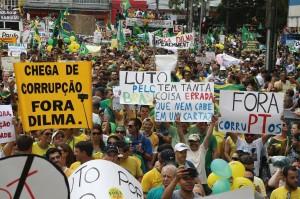 Acima e abaixo, protestos em Curitiba [Fotos Orlando Kissner]