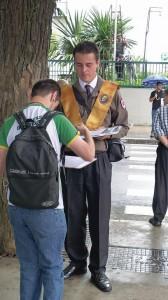 Nas Av. Paulista (3 fotos abaixo), jovens do Instituto recolhendo firmas para um abaixo assinado em defesa da família [Fotos PRC]