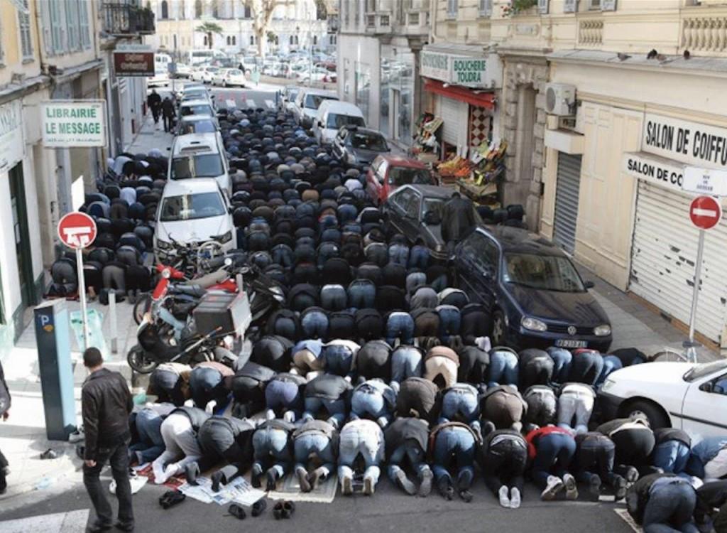 Muçulmanos em oração. Esta cena se repete cada vez mais nas ruas da França.