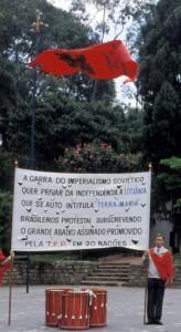 """Uma das diversas faixas utilizadas na campanha da TFP brasileira: """"A garra do imperialismo soviético quer privar da independência a Lituânia que se auto intitula 'Terra de Maria'. Brasileiros protestai subscrevendo o grande abaixo assinado promovido pela TFP em 20 nações."""