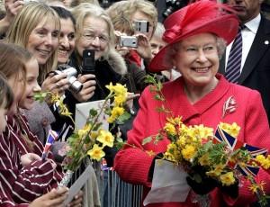 O povo entrega flores para a Rainha Elisabeth dia em que completou 80 anos