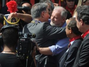 Fernando Pimentel (PT) concede a Medalha da Inconfidência a  Stédile, o chefe do MST, que incentiva a violação de leis — o que equivale a condecorar o crime, a condecorar um inimigo do Brasil.