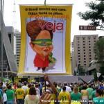 """Em 15 de março, no monumental protesto contra o governo PT ocorrido na Av. Paulista, um manifestante aproveitou uma das capas da """"VEJA"""" para ostentar seu descontentamento. Curioso que essa própria revista, na edição seguinte aos protestos, não deu nenhum destaque ao grande acontecimento. Por quê ignorou fato de tal magnitude? O semanário acusou a presidente Dilma de estar com os olhos fechados, mas a própria revista VEJA não viu..."""