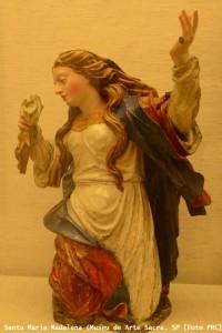 Santa Madalena, obra atribuida a Francisco Xavier de Brito (madeira policromada). Proveniente de Minas Gerais, atualmente exposta no Museu de Arte Sacra de São Paulo.