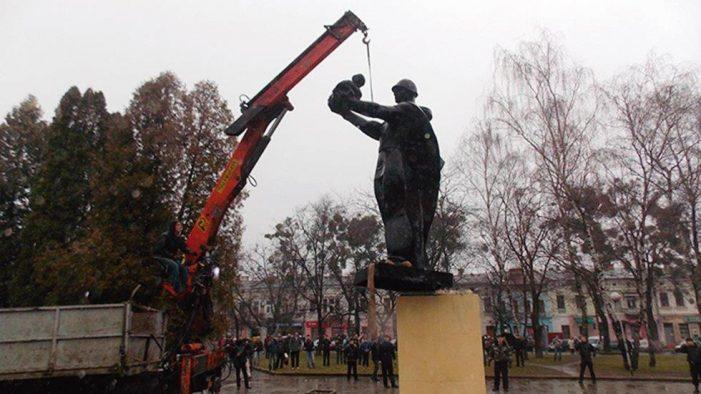 """Ucrânia adota leis para """"dessovietizar"""" o país"""