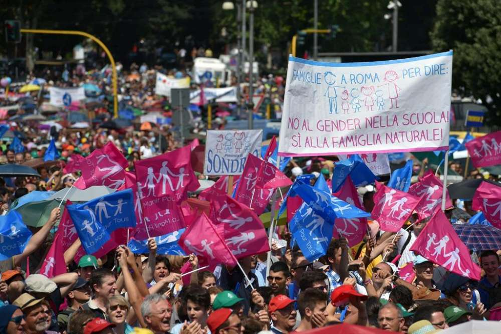 """ITÁLIA — Pais e mães indignados contra o ensinamento da """"Teoria de Gênero"""" a seus filhos"""