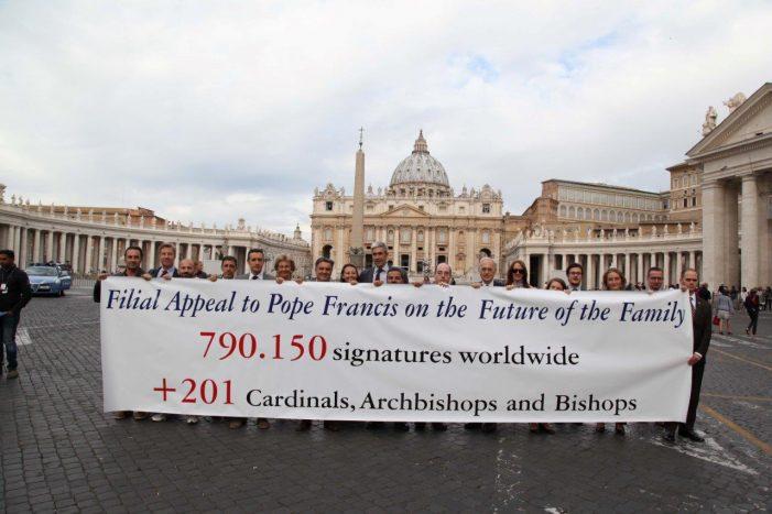 Filial Súplica: Quase 800 mil assinaturas são entregues no Vaticano