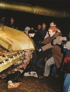 Tanques russos esmagam cidadãos lituanos em Vilnius, em janeiro de 1991