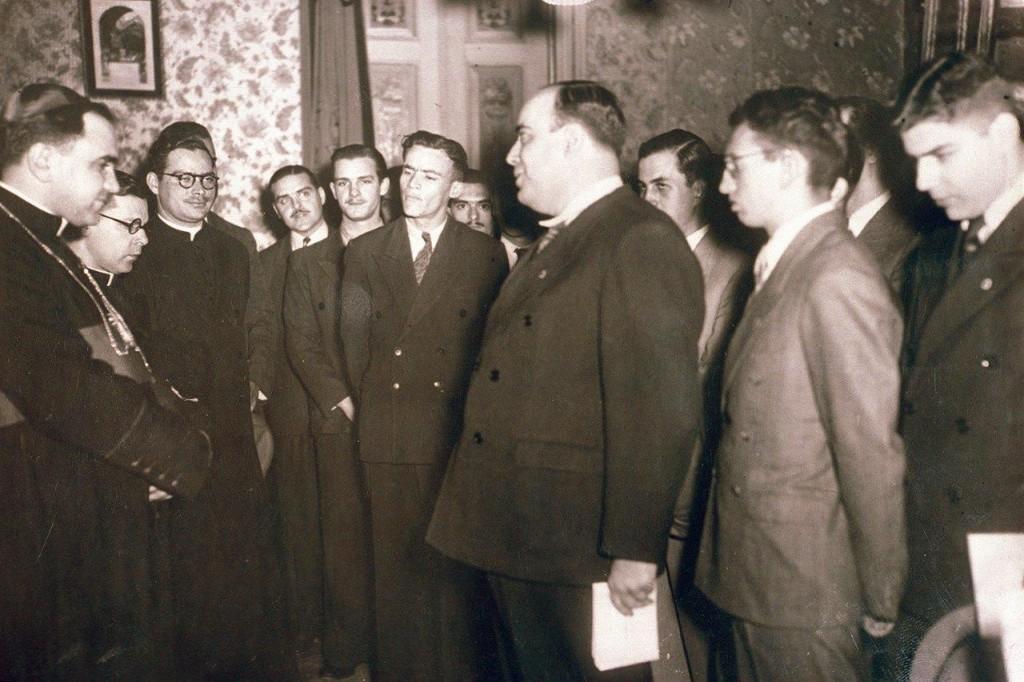 Plinio Corrêa de Oliveira em homenagem ao Arcebispo de São Paulo, Dom José Gaspar de Affonseca e Silva (à esquerda).