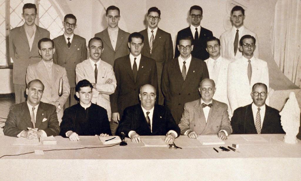 Dr. Plinio (ao centro, sentado) com vários dos jovens que constituiriam a Sociedade Brasileira de Defesa da Tradição, Família e Propriedade (TFP)
