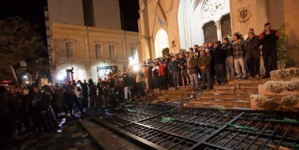 Os baderneiros esquerdistas, após a derrubada das grades da Catedral, tentaram incendiá-la. Ademais, arremessaram garrafas e fezes nos jovens que a protegiam.