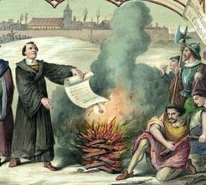 O heresiarca Lutero queima a bula em 1520