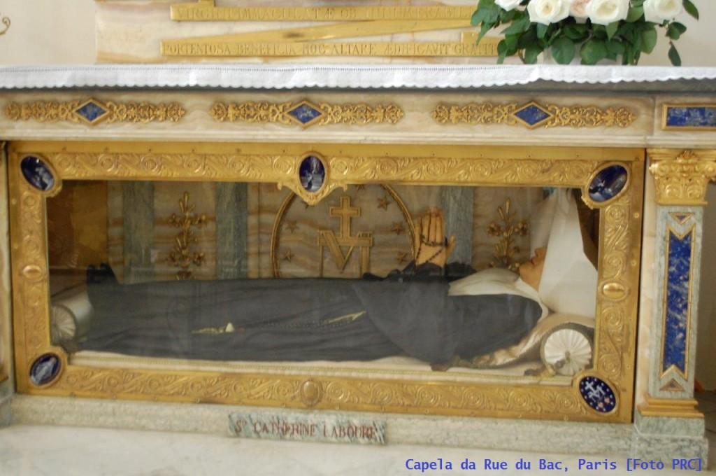 Corpo incorrupto de Santa Catarina Labouré exposto à veneração na Capela da Rue du Bac, em Paris.