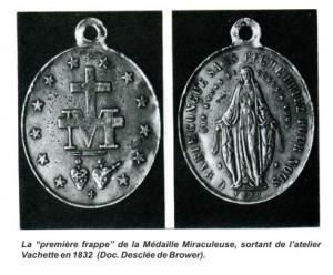 Verso e reverso de uma das primeiras Medalhas Milagrosas, obra do joalheiro parisiense Aureliano Vachette