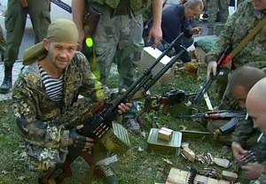 Separatista pró-russo segura arma. Precedente da Ucrânia alertou países vizinhos.