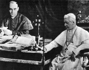 À esq. o Cardeal Merry del Val (1865-1930), Secretário de Estado de São Pio X (à dir.)