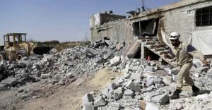 Mas muitas bombas caíam nos inimigos do Estado Islâmico. Na foto, socorristas da Defesa Civil da Síria percorrem locais bombardeados pela Força Aérea da Rússia
