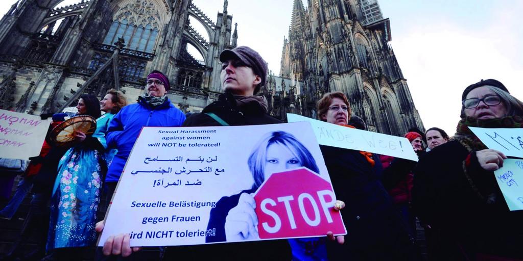Em Colônia, mulheres alemãs protestam nas escadarias da catedral