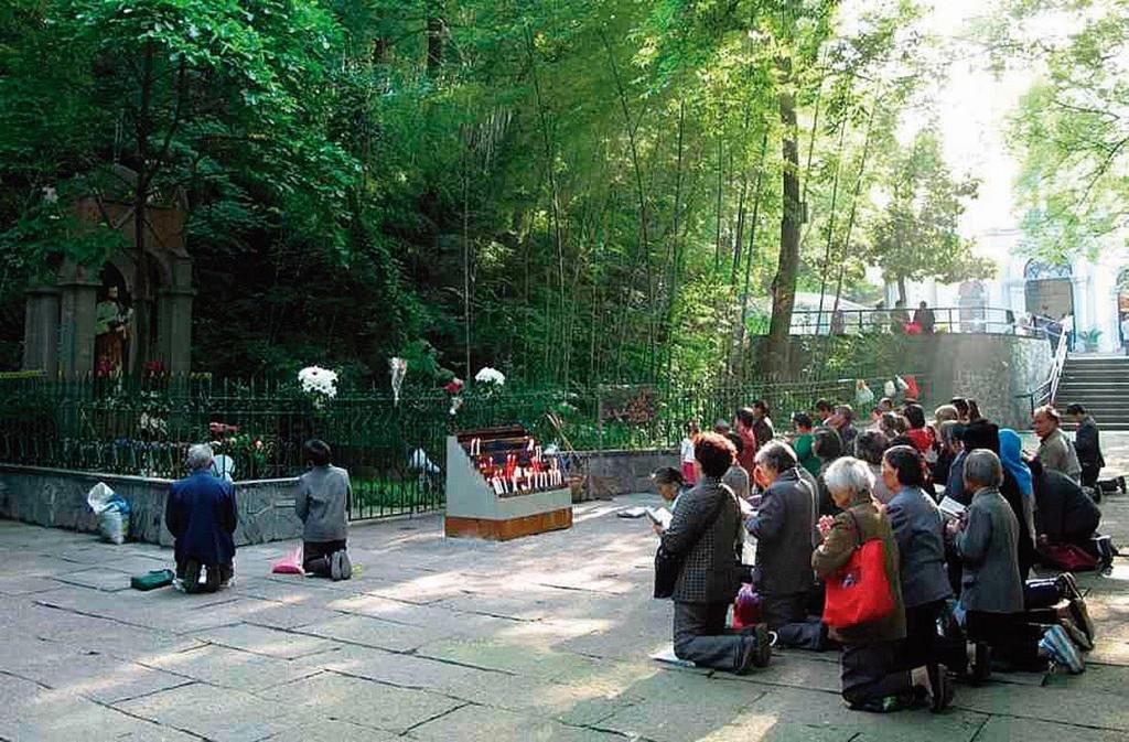 Peregrinos da Igreja Católica clandestina, fiéis ao Papado, rezam no exterior de um santuário mariano