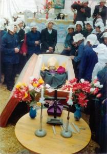 Funeral de Mons. Xue-Yan Fan, antigo bispo de Baoding. Ele foi preso pela primeira vez em 1958, por se recusar a juntar-se à Associação Patriótica Católica Chinesa comunista. Sua vida foi uma continua tortura,. Numa manhã de abril de 1992, seu corpo congelado, com muitos ossos quebrados, foi despejado, envolto em plástico, diante da casa de sua família