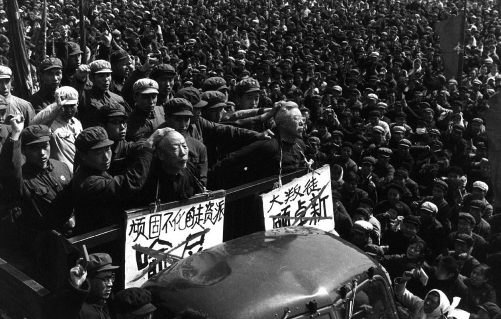 """""""Inimigo da Revolução"""" era todo aquele que ainda representasse algo da verdadeira cultura chinesa. Preço a pagar: humilhações e a morte"""