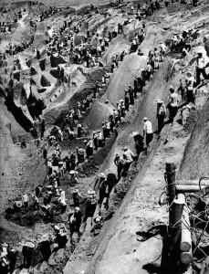 Radical coletivização mediante uma Reforma Agrária que resultou na morte de pelo menos 40 milhões de chineses