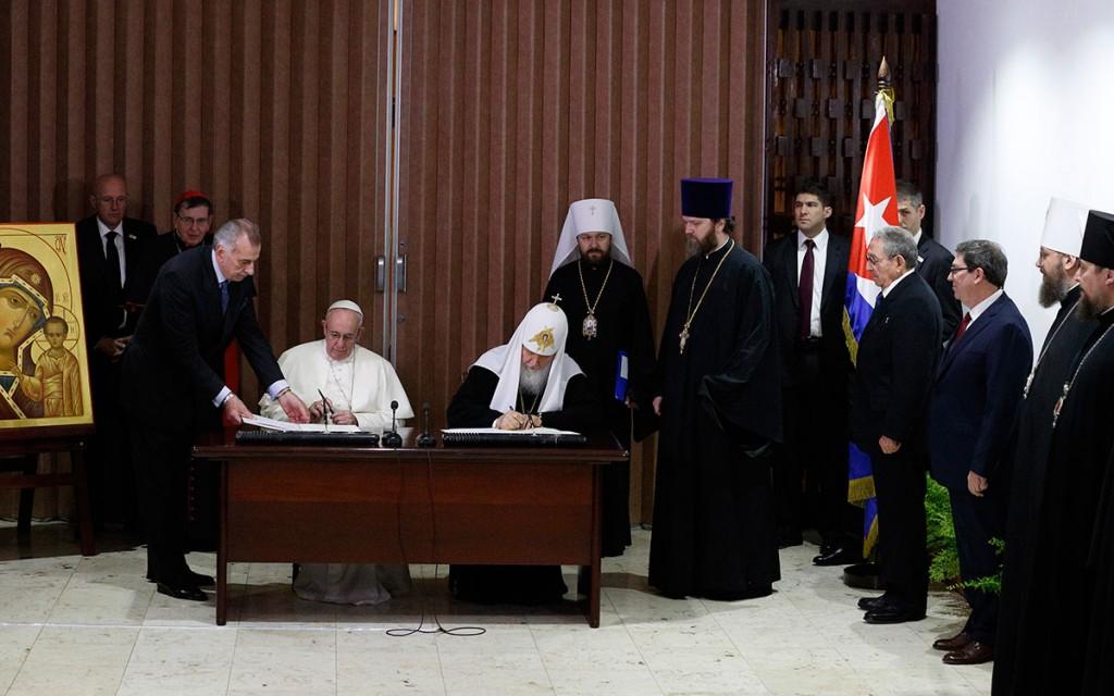 O Papa Francisco e Kirill, patriarca da igreja cismática ortodosa russa, assinaram no dia 12 p.p. uma declaração conjunta. À direita, alguns agentes de tal igreja russa e o ditador de Cuba, Raul Castro (à esq. da bandeira da ilha-prisídio).