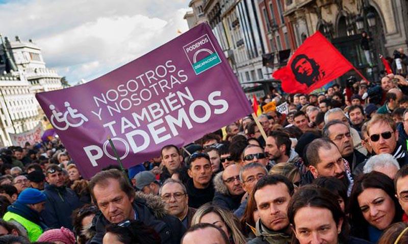 """Manifestação do """"Podemos"""" em Madrid, ostentando bandeira de Che Guevara"""