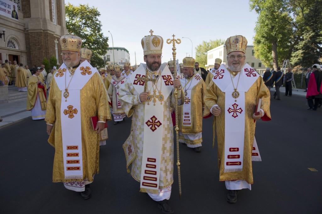 No cento, Dom Sviatoslav Shevchuk, Arcebispo de Kiev, numa procissão do rito da Igreja Greco-católica da Ucrânia, unida a Roma
