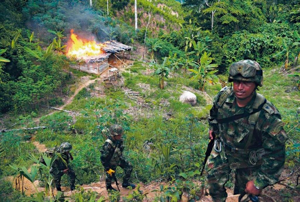Soldados do exército da Colômbia queimam um laboratorio clandestino de produção de cocaína nas selvas do país