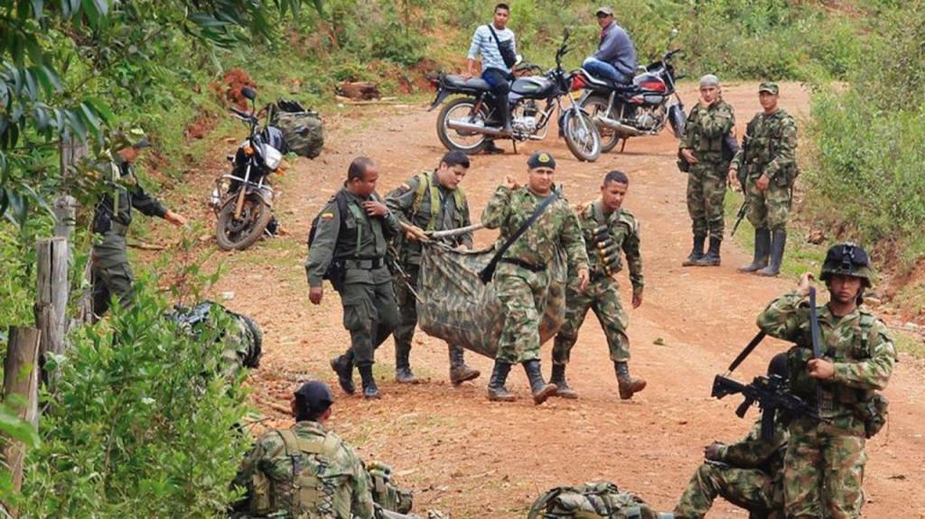 Soldados retiram corpos de companheiros assassinados numa emboscada das FARC no sul do país