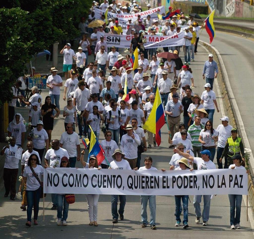 """Protesto nas ruas de ciudades colombianas contra o processo de paz promovido pelo governo. Na faixa se lê: """"Não acredito em lorota, eles (a guerrilha) querem o poder, não a paz"""""""